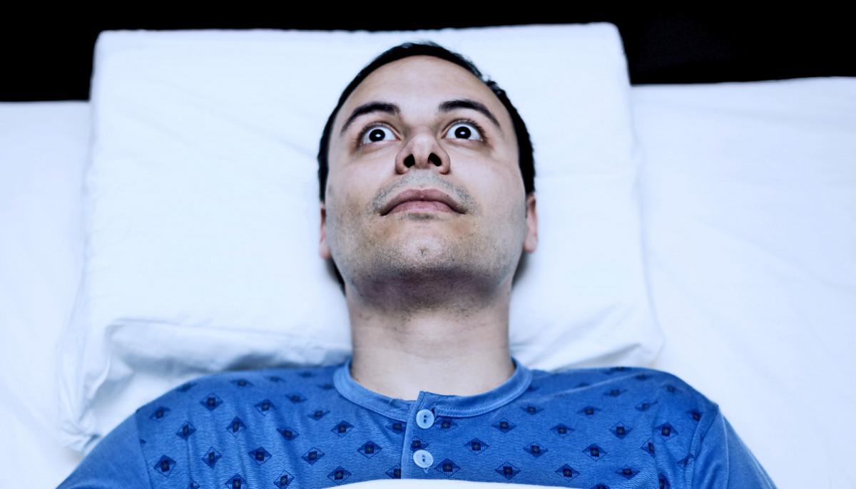 Hombre con parálisis del sueño