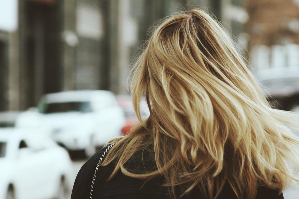 Remedios naturales (y efectivos) para el cabello seco y sin brillo